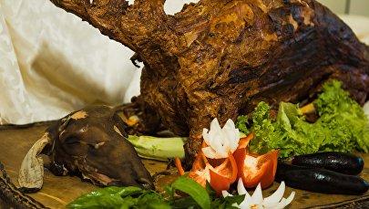 Приготовленная баранина в тандыре. Архивное фото