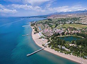 Вид с высоты на берег озера Иссык-Куль. Архивное фото