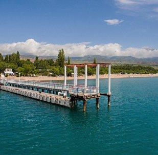Пирс на пляже озера Иссык-Куль. Архивное фото