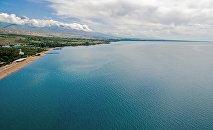 Вид с высоты на пляж озера Иссык-Куль. Архивное фото