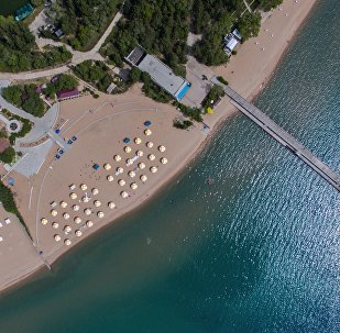 Вид с высоты на пляж озера Иссык-Куль и село Булан-Соготту. Архивное фото