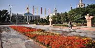Архивное фото вида на здание мэрии города Бишкек и Международного университета Кыргызстана