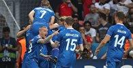 Игроки сборной Исландии радуются забитому мячу в матче 1/8 финала Чемпионата Европы по футболу — 2016 между командами Англии и Исландии.