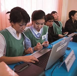 Операторы на избирательном участке в городе Ош. Архивное фото