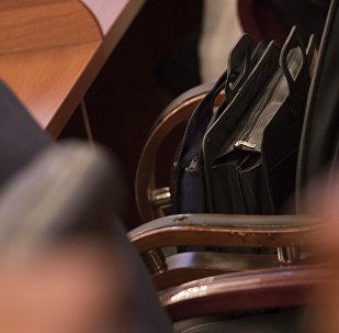 Портфель депутата на кресле на заседании. Архивное фото
