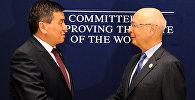 Президент Всемирного экономического форума (ВЭФ) Летний Давос — 2016 Клаус Шваб на встрече с премьер-министром Сооронбаем Жээнбековым в Тяньцзине (Китай).
