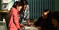 Женщина в избирательном участке. Архивное фото