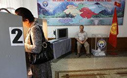 Жительница Бишкека на одном из избирательных участков. Архивное фото