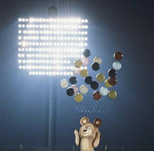 8-метровый мишка, талисман XXII летних Олимпийских игр, в воздухе