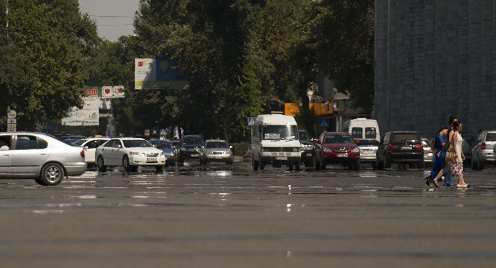 Архивное фото проспекта Чуй на площади Ала-тоо в центре Бишкека
