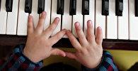 Мальчик играет на фортепианино. Архивное фото