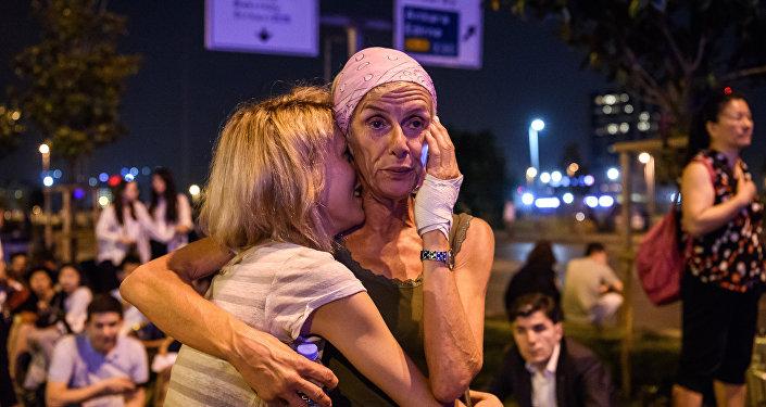 Люди в международном терминале после теракта