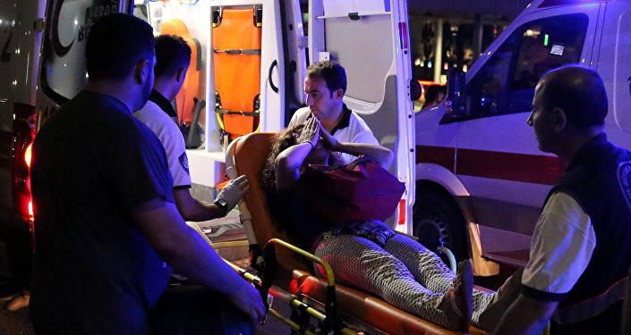 Сотрудники скорой помощи помогают пострадавшим от теракта