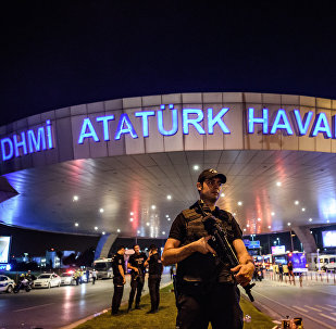 Стамбулдагы аэропортунда полиция кызматкери. Архив