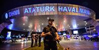Сотрудник полиции в аэропорту имени Ататюрка в Стамбуле. Архивное фото