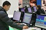Пользователи компьютера смотрят сайт интернет-магазина. Архивное фото