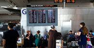 Пассажиры ждут рейсов в аэропорту имени Ататюрка в Стамбуле, Турция