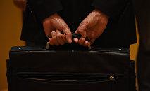 Человек с портфелем в руках. Архивное фото