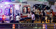 Машины скорой помощи Стамбула возле аэропорта имени Ататюрка в Стамбуле.