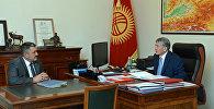 Президент КР Алмазбек Атамбаев во время встречи с мэром города Бишкек Албеком Ибраимовым