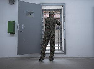 Сотрудник ГСИН открывает дверь камеры. Архивное фото