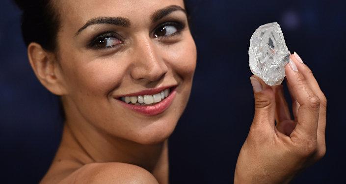 Самый большой в мире неограненный алмаз Lesedi la Rona