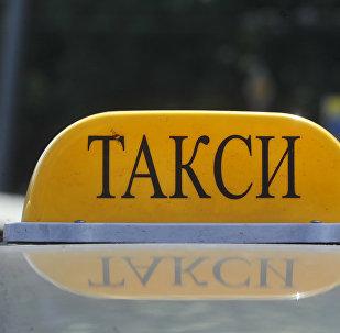 Шашка такси на крыше автомобиля. Архивное фото