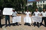 Преподаватели на митинге с требованием отставки ректората у здания КНУ. Архивное фото