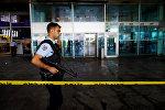 Сотрудники полиции обходят терминал Стамбульского аэропорта Ататюрк