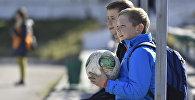 Мальчик с мячом. Архивное фото