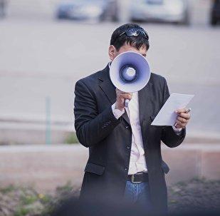 Мужчина с громкоговорителем во время митинга. Архивное фото