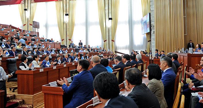 Жогорку Кеңеште депутаттардын отурумунан тартылган архивдик сүрөт. Архив