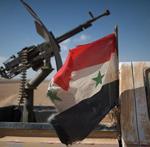 Флаг Сирии на автомобиле с пулеметом бойцов Сирийской арабской армии (САА) в окрестностях города Мхин в Сирии. Архивное фото