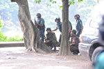 Сотрудники полиции возле ресторана в дипломатическом квартале в столице Бангладеш, Дакке, где террористы захватили заложников.