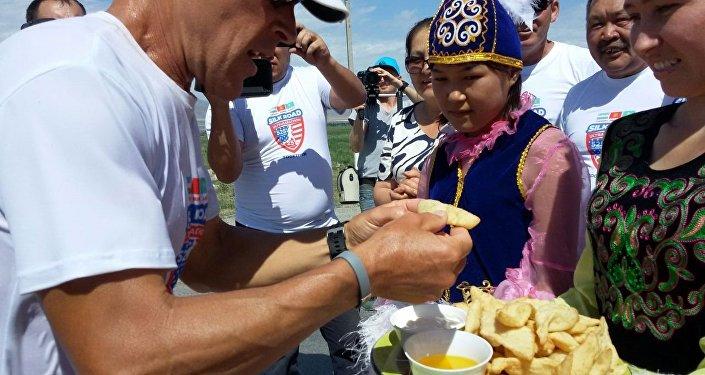 Легендарлуу марафончу Дин Карнасистин сапары Казакстан, Кыргызстан жана Өзбекстандын аймагынан Жибек Жолу менен кеткен ультрамарафон долбоорунун алкагында өтүүдө