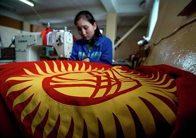 Тигүүчү Кыргызстандын желегинин алдында. Архив