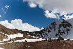 Вид горных вершин. Кыргызстан