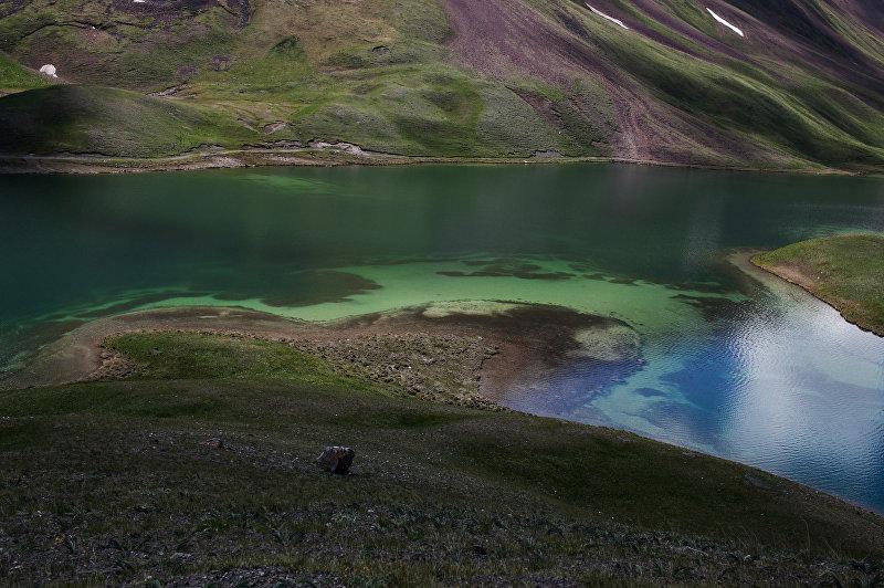 Вид на горное озеро ледникового происхождения