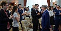 Президент КР Алмазбек Атамбаев во время вручения похвальных грамот лучшим выпускникам школ Кыргызстана. Архивное фото