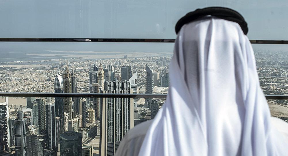 Архивное фото посетителя на смотровой площадке самого большого небоскреба Бурдж-Халифа в Дубае