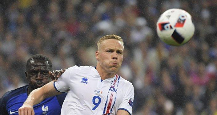 Игрок сборной Франции Мусса Сиссоко (слева) и игрок сборной Исландии Колбейнн Сигторссон во время матча