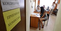 Абитуриентка во время подачи документов для поступления в вуз. Архивное фото