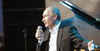 Президент РФ Владимир Путин поет на сцене Ледового дворца на благотворительном концерте. Архивное фото