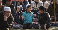 Дети на утреннем праздничном Айт намазе. Архивное фото