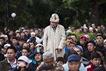 Жители Бишкека на праздничном айт-намазе возле площади Победы