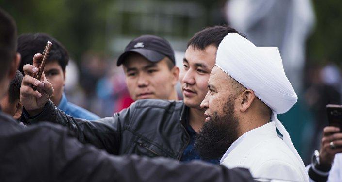 Бишкек шаарында айт намазга кишилер таң эрте эле келе башташкан