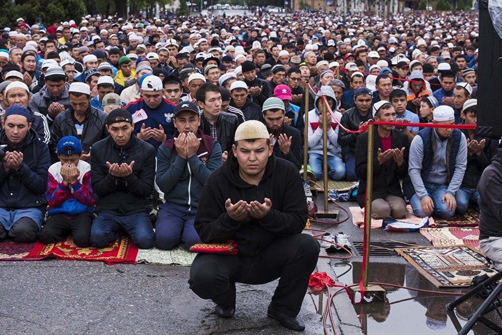 Праздничный Айт-намаз возле площади Победы в столице