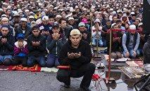 Орозо айт намазындагы мусулмандар. Архивдик сүрөт