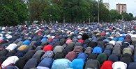 Бишкекте айт намазга келгендерге муфтий саламдашып үлгүргөн жок