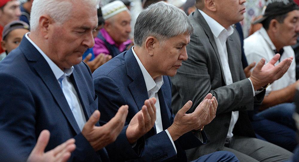 Президент Алмазбек Атамбаев принял участие в праздничном Айт-намазе по случаю Орозо айта в селе Арашан.
